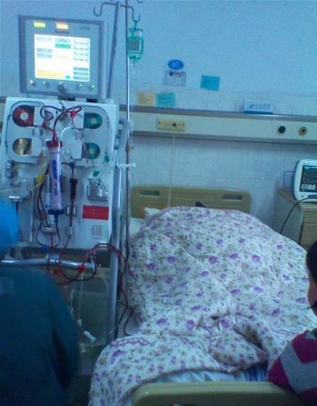 重病床的透析需要全程监护,一次费用大约5千元,孙熙的妈妈为了防止孙熙因并发症导致高烧不退而休克,不顾自己重病的身体,不眠不休地为儿子按摩,寸步不离,可见母爱的伟大