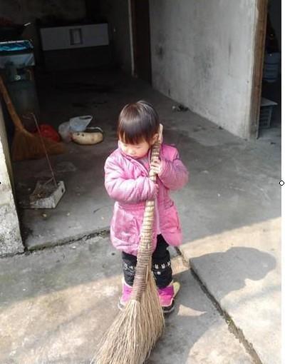 小乐怡平时很懂事,很听话,知道妈妈干活辛苦,经常拿着扫把帮妈妈扫地