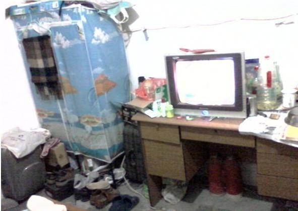 家里很简陋,这台电视机是家里唯一值钱的东西