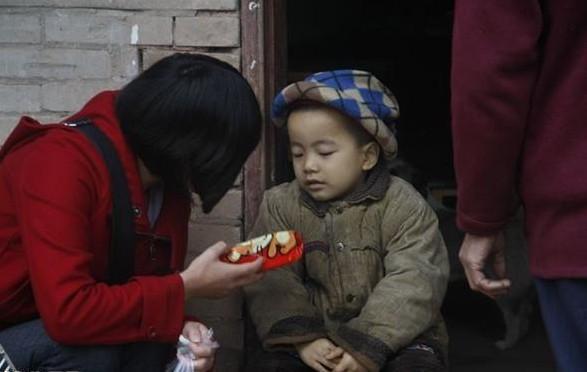 当地爱心网友去柴力家中看望孩子,给孩子带去一些捐款,还有零食玩具。虽然孩子正受病痛折磨,小脸蜡黄,可是看到这些家里很少买的好吃零食,很高兴,很快拆开吃起来