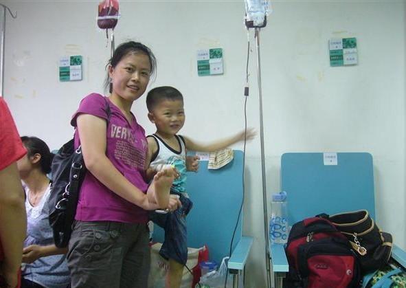蔡文瑾和妈妈在医院接受输血治疗