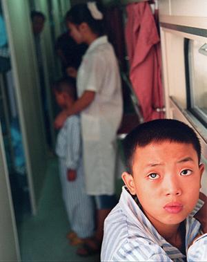 """""""做完手术,我的右眼就和左眼一样了,别人就再也不会笑话我了.""""--因为右眼中那片白雾,这个12岁的小男孩遭受了很多伤心事。"""