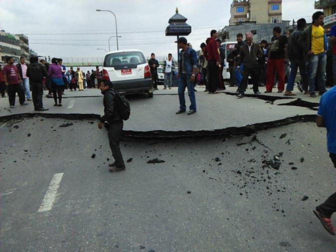尼泊尔,公路出现巨大裂缝