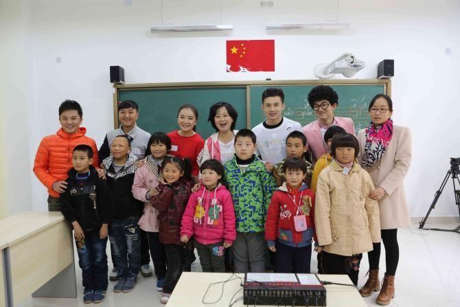 图为央视少儿频道鞠萍、周洲等7名主持人作为集善残疾儿童助养项目爱心大使到项目点探访