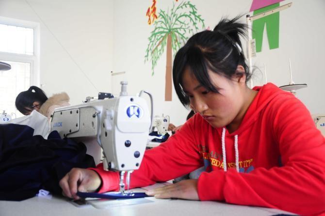 【我们要做什么】 中国残疾人福利基金会开展的集善残疾儿童助养项目主要从个人,家庭,学校和社会四个方面为残疾儿童及残疾人家庭子女提供全方位的帮助。 ①从个人方面,为残疾儿童提供康复器具,辅助器具,家庭无障碍设施改造和残疾儿童康复医疗补助等; ②从家庭方面,为残疾人家庭提供支持网络,家长培训和就业创业培训等; ③从学校方面,以开展学生活动为基础,进行教师培训,学校设施设备无障碍改造等; ④从社会方面,提供志愿者关怀,政策宣传等。此外,还加强对项目实施地康复中心的援助与支持,为其提供设施设备,康复师专业培训等,为残疾儿童的康复治疗提供更为专业的服务。(图为受助听障儿童学习缝纫)
