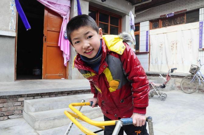 图为受助残疾儿童